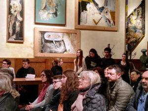 Foto 2) Foto del pubblico, in primo piano Gianna Coppini