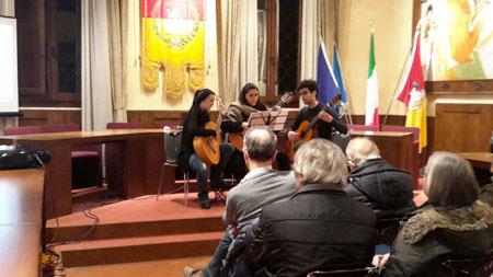 """Il gruppo alle chitarre esegue """"Yellow Submarine"""" dei Beatles (da destra Filippo Marri, Carlotta Francini, Irene Campidori)"""