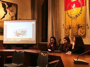 Le ragazze della VCP presentano la musica e la moda del 68 (da destra Francesca Biancucci, Martina Agnorelli, Armela Kenga)