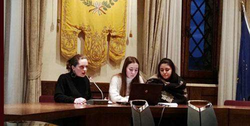 Le ragazze della VCL presentano alcuni aspetti politici ed artistici del 68 (da destra Carlotta Francini, Eugenia Paoli, Agata Guerrini)